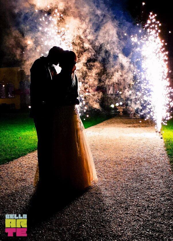 Fontanny iskier na wesele. Fontanny sceniczne.