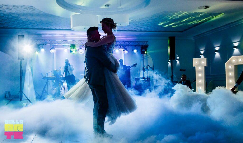 Ciężki dym na wesele. Napis Love i dekoracja światłem