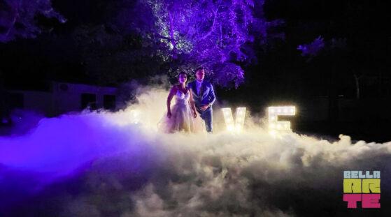Napis Love + ciężki dym na wesele